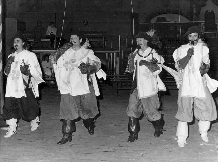 Mušketieri po tridsiatich rokoch Kosír ako Porthos druhý zľava 1981